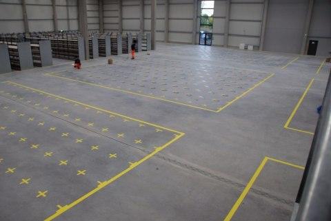 Verkehrswege mit Bodenmarkierungsbändern